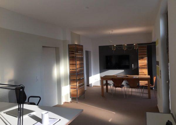 Beratung in freundlicher Atmosphäre - Eigens entworfene Möbel und Lampen geben dem Büro eine individuelle und markante Note.