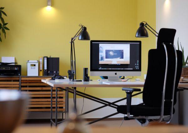 Im Büro von eikito kommunikation, Sicht vom Besprechungstisch rüber in den Arbeitsbereich
