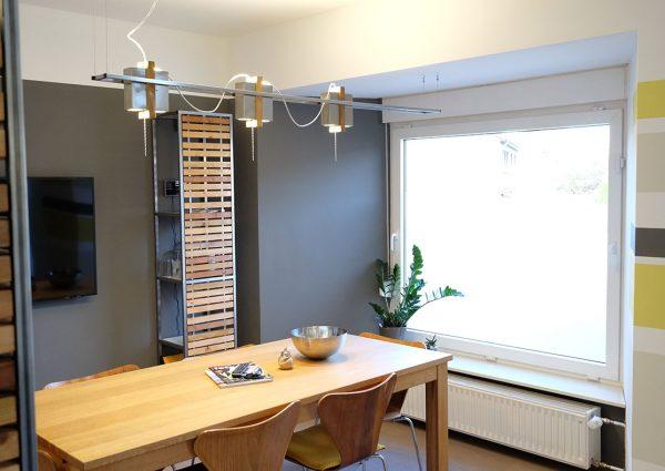 Eigens entworfene Möbel und Lampen geben dem Büro eine individuelle Note.