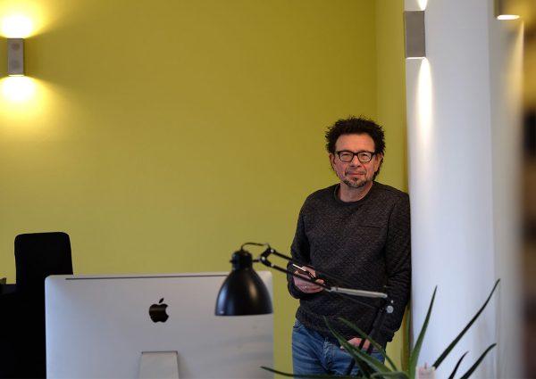 Eik Wessler im Büro der Agentur eikito kommunikation